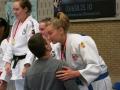 Stefanie ontvangt felicitaties van Dirk Van Tichelt
